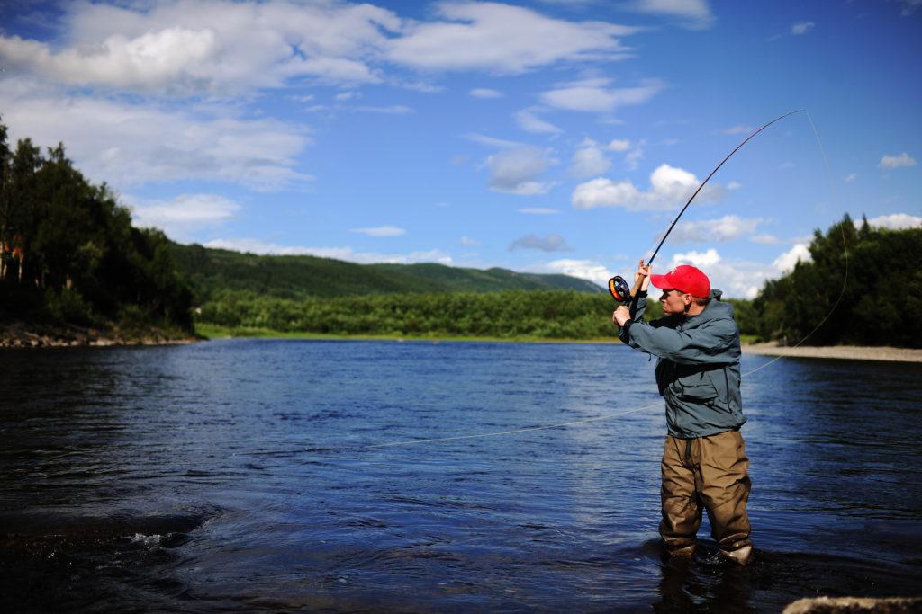 Fluefiske i Stjørdalselva. Foto: Marius Rua / trondelag.com