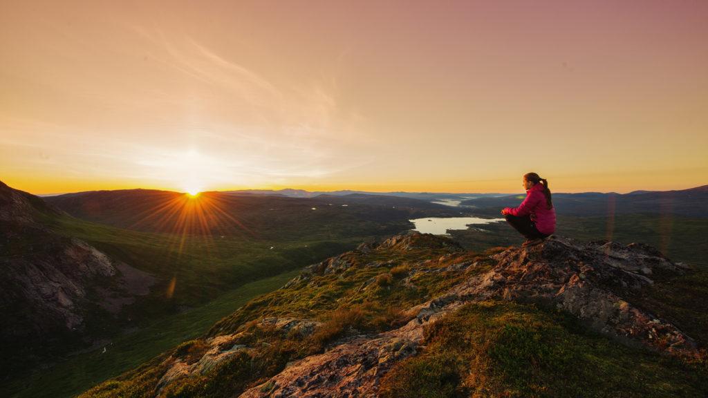 Vandring og soloppgang i Blåfjella-Skjækerfjella Nasjonalpark i Trøndelag. Foto: Bernartwood /trondelag.com