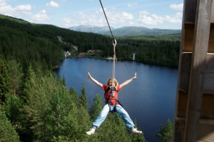 Zipline fra Tøffingetårnet i Namsskogan Familiepark, Namdal, Trøndelag, Foto: Robert Selfors